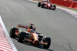 Адриан Сутиль, Spyker F1 Team, F8-VII-B, и Кими Райкконен, Scuderia Ferrari, F2007