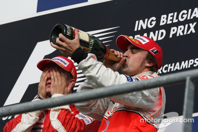 Podium: Sieger Kimi Räikkönen mit Fernando Alonso
