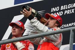 Podio: ganador de la carrera Kimi Raikkonen, Scuderia Ferrari y el tercer lugar Fernando Alonso, Mc