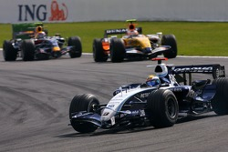 Nico Rosberg, WilliamsF1 Team, Heikki Kovalainen, Renault F1 Team