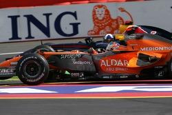 Адриан Сутиль, Spyker F1 Team, F8-VII-B, и Дэвид Култард, Red Bull Racing, RB3