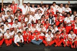 Ganador de la carrera Kimi Raikkonen celebra con Felipe Massa y los miembros del equipo Ferrari