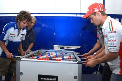 Casey Stoner et Valentino Rossi luttent lors d'un match de baby-foot