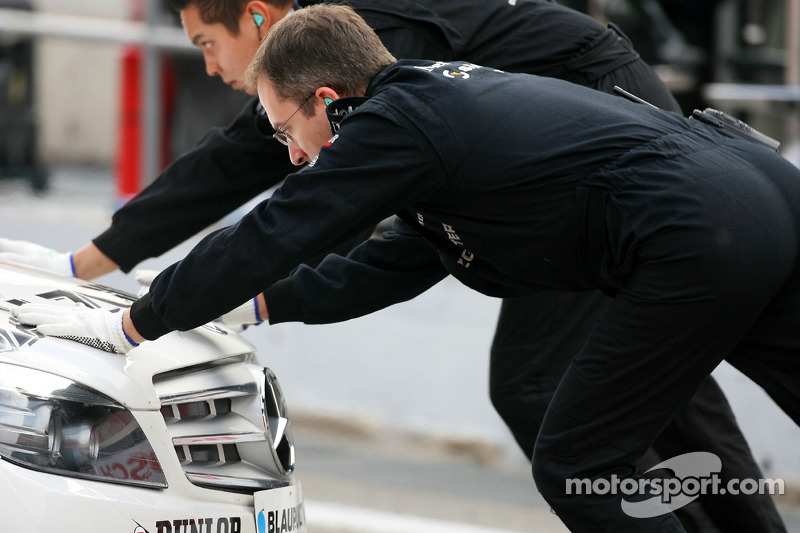 Mechanics push the car of Jamie Green, Team HWA AMG Mercedes, AMG Mercedes C-Klasse, into the pitbox