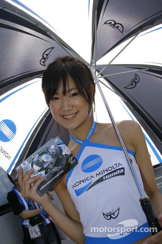 Chica Konica Minolta Honda