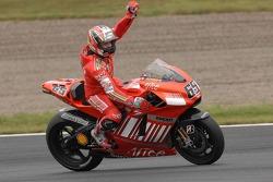 Racewinnaar Loris Capirossi viert de overwinning