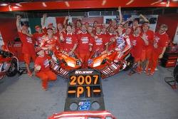 Celebraciones en Ducati: 2007 campeón de MotoGP Casey Stoner y Loris Capirossi del ganador de la carrera celebra con su equipo