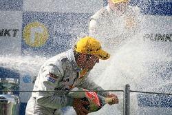 Podium: douche au champagne pour Jamie Green, Team HWA AMG Mercedes