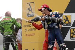 Podio: ganador de la carrera Loris Capirossi, segundo lugar Randy De Puniet y tercer lugar Toni Elia
