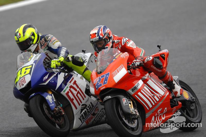 Valentino Rossi menyalip Casey Stoner
