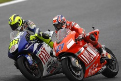 Valentino Rossi pasa a Casey Stoner