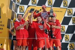 Podio: campeón de MotoGP 2007 Casey Stoner celebra con el equipo