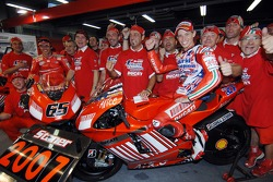 Campeón de MotoGP 2007 Casey Stoner celebra con el equipo