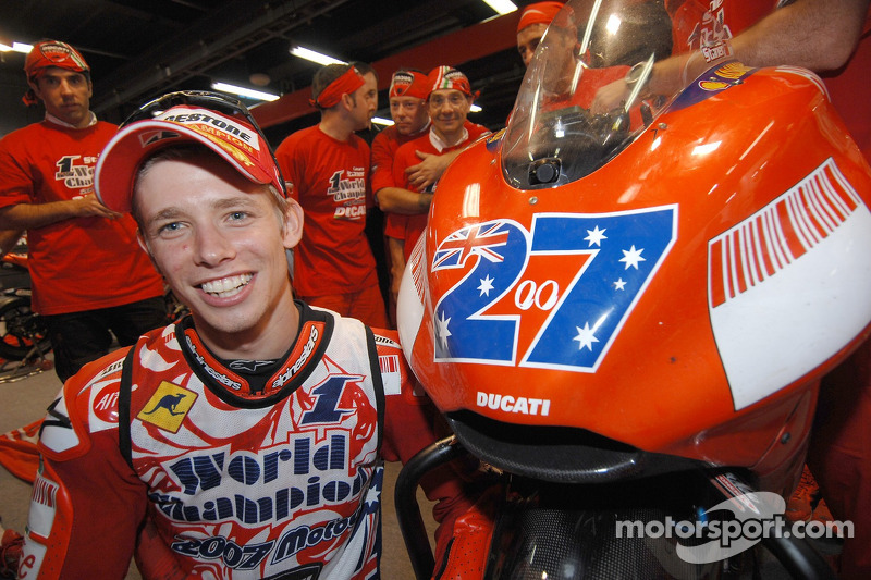 Casey Stoner, campione MotoGP 2007, festeggia