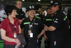 Los miembros del equipo Kamasaki celebran el podio