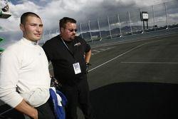 Nick Wittmer regarde les dommages sur la #31 i-MOTO Racing Acura TSX