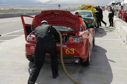 Arrêt au stand pour la #63 Roar Racing Mazda RX-8: Andrew Carbonell, Rob Whitener III