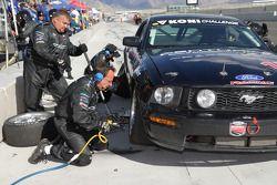 Arrêt au stand pour la #17 Team Centurion Mustang GT: Phil Mahre, Steve Mahre