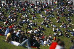 Fans regardant la course de Brno