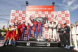 Podium GT2: les vainqueurs Toni Vilander et Dirk Muller, seconde place Gianmaria Bruni et Stéphane O