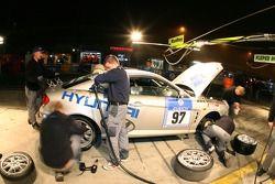 Arrêt au stand pour la #97 Team DMV e.V. Hyundai Coupe V6: Jürgen Schumann, Peter Schumann, Christian Hohenadel
