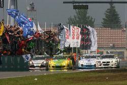 Drapeau à damier pour la #1 Manthey Racing Porsche 911 GT3 RSR: Timo Bernhard, Marc Lieb, Romain Dum