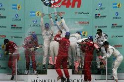 Podium: les vainqueurs Timo Bernhard, Marc Lieb, Romain Dumas et Marcel Tiemann, seconde place Chris