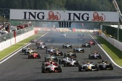 Départ, Nicolas Lapierre, DAMS devant Lucas Di Grassi, ART Grand Prix et Luca Filippi, Super Nova Racing