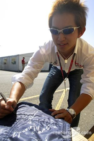 Kohei Hirate signs a GP2 race Suit