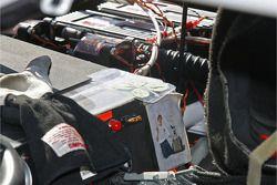 Le tableau de bord de Carl Edwards a un trèfle à quatre feuilles d'un jeune fan et une image d'un au