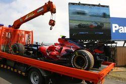 La voiture de Sebastian Vettel, Scuderia Toro Rosso, STR02 est retourné sur la voie des stands après