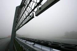 Voiture de sécurité sur le circuit dans le brouillard