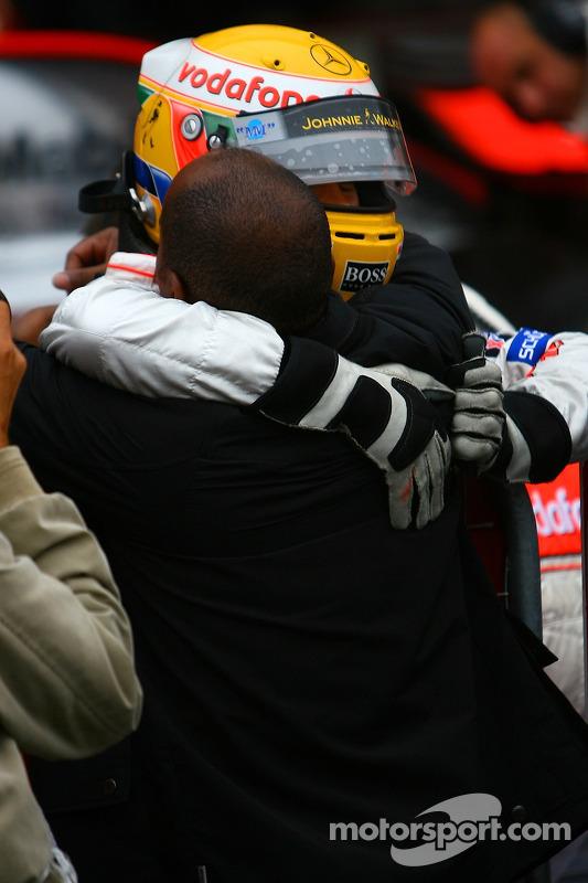Ganador de la pole Lewis Hamilton, McLaren Mercedes, celebra con su padre