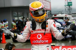 Ganador de la pole Lewis Hamilton, McLaren Mercedes, celebra