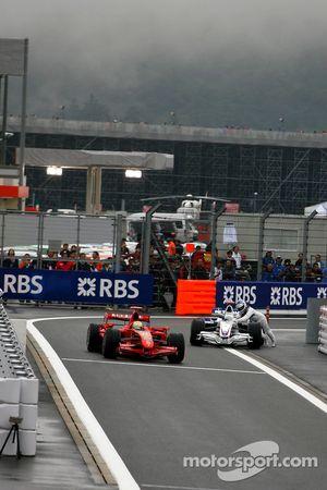 Nick Heidfeld, BMW Sauber F1 Team, pousse sa voiture à l'entrée de la voie des stands