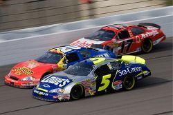 Kyle Busch, Denny Hamlin et Matt Kenseth course à trois de large