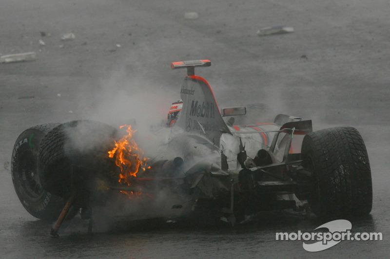 Japón 2006: Alonso choca y el tricampeonato se aleja