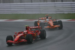 Kimi Raikkonen, Scuderia Ferrari, F2007 et Adrian Sutil, Spyker F1 Team, F8-VII