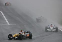 Хейкки Ковалайнен, Renault F1 Team, R27 и Роберт Кубица, BMW Sauber F1 Team, F1.07