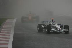 Nick Heidfeld, BMW Sauber F1 Team, F1.07 devant Sakon Yamamoto, Spyker F1 Team, F8-VII
