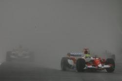 Ralf Schumacher, Toyota Racing, TF107 devant Anthony Davidson, Super Aguri F1 Team, SA07