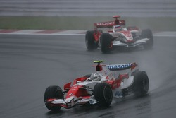 Jarno Trulli, Toyota Racing, TF107 devant Takuma Sato, Super Aguri F1, SA07