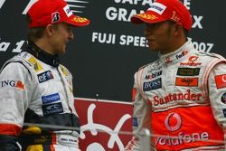 Podium: le vainqueur Lewis Hamilton avec Heikki Kovalainen