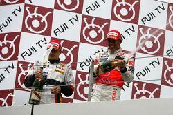 Podium: champagne pour Lewis Hamilton et Heikki Kovalainen