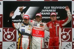 Podium: le vainqueur Lewis Hamilton avec Heikki Kovalainen et Kimi Raikkonen