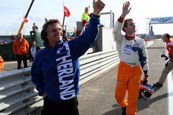 Jan Lammers, titulaire du siège A1 Equipe des Pays-Bas et Jeroen Bleekemolen, pilote A1 Equipe des Pays-Bas, saluent les fans