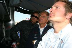 Arie Luyendyk Sr, Michael Bleekemolen et Sebatiaan Bleekemolen regarde comment l'écurie A1 des Pays-Bas fait