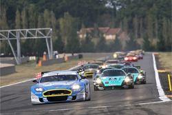 Déprt: #36 Jetalliance Racing Aston Martin DBR9: Lukas Lichtner-Hoyer, Robert Lechner devant le peloton