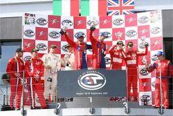 Podium GT2: les vainqueurs de la classe Gianmaria Bruni et Stéphane Ortelli, deuxième place Emmanuel Collard et Matteo Malucelli, troisième place Andrew Kirkaldy et Rob Bell,
