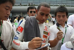 Lewis Hamilton, McLaren Mercedes imza dağıtıyor